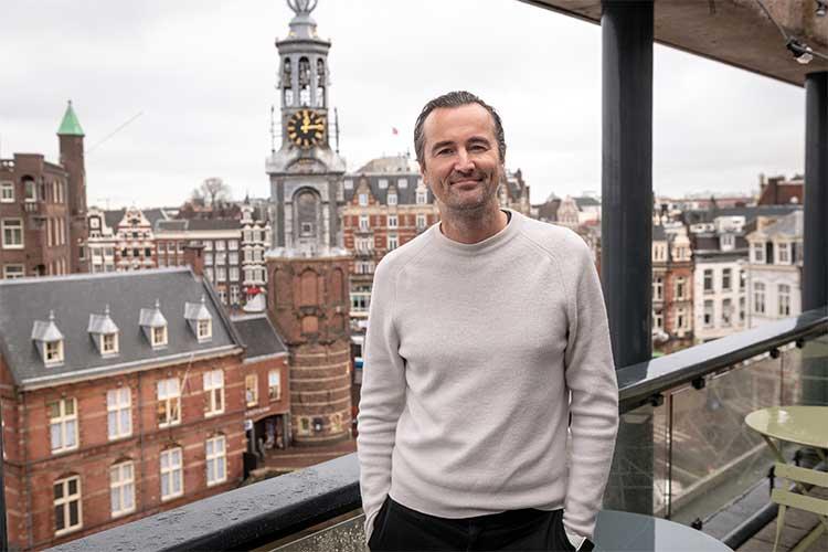 Boris vanuit zijn favoriete werkplek: met zicht op de Munttoren te Amsterdam