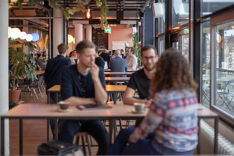 Boris en Bas in gesprek in de kantine van TQ en TNW