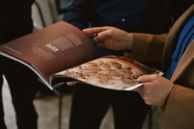Pirjo laat vol trots hun magazine zien