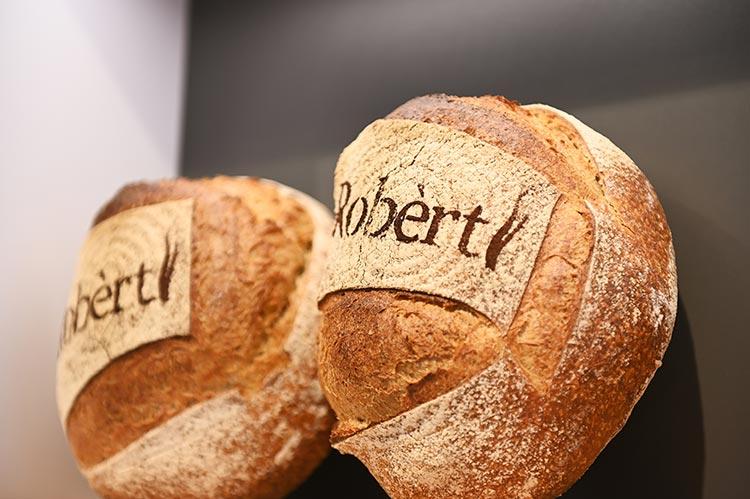 Een handvol verschillende typen brood zijn te koop in de winkel